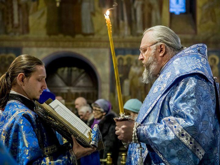 В канун Сретения Господня в храмах митрополии прошли праздничные богослужения