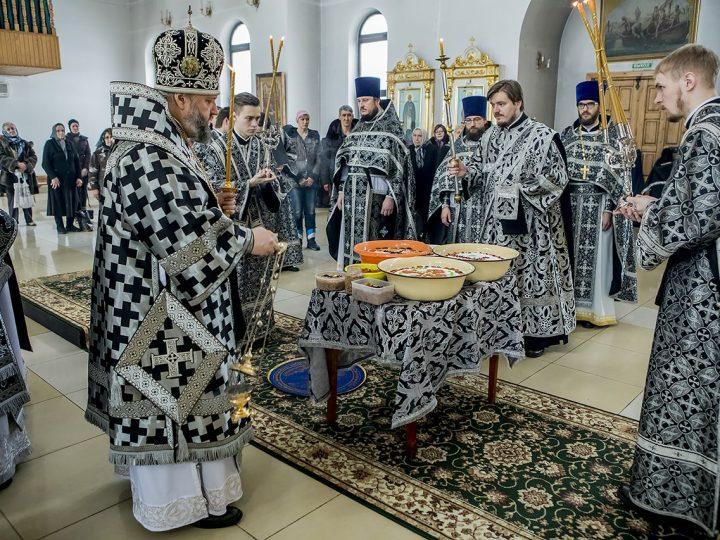 Митрополит Аристарх освятил коливо в Троицком храме Кемерова