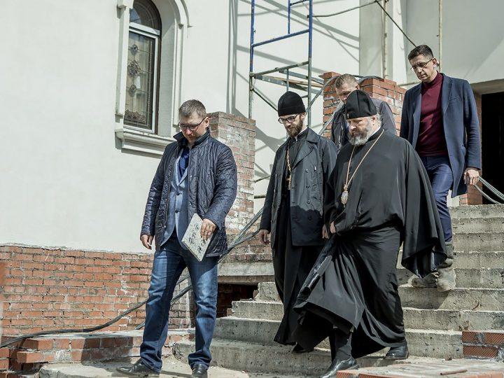 Митрополит Аристарх посетил основные храмостроительные площадки в Кемерове
