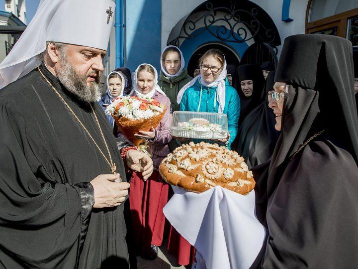 Вечером в Светлую пятницу митрополит Аристарх совершил богослужение в женской обители