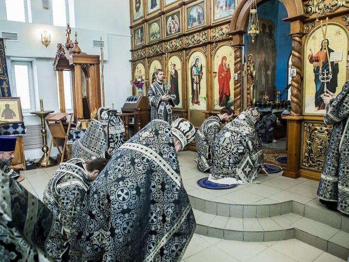 В Великую Среду митрополит совершил богослужение в храме иконы Божией Матери «Утоли моя печали» Кемерова