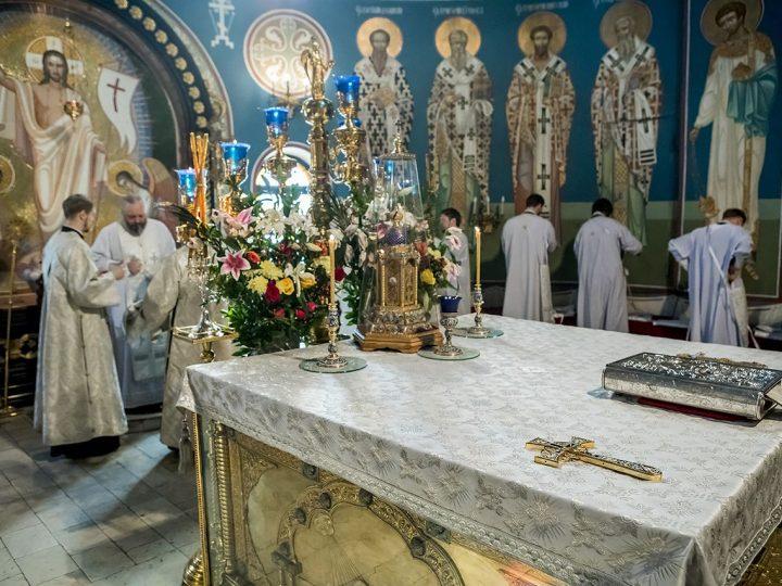 В Великую Субботу митрополит совершил Литургию в Знаменском соборе