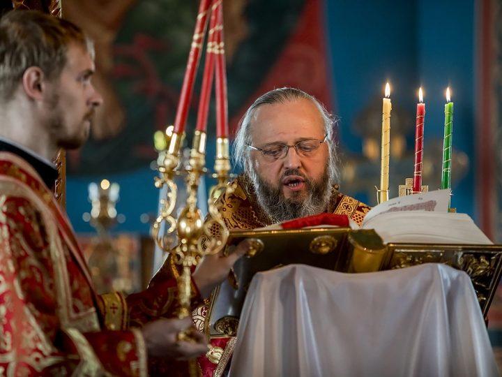Вечером в Светлый вторник митрополит Аристарх совершил Великую вечерню в Покровском храме Прокопьевска