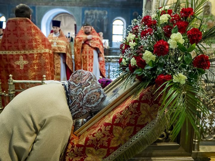 В день святого великомученика Георгия Победоносца митрополит совершил Литургию в Знаменском соборе
