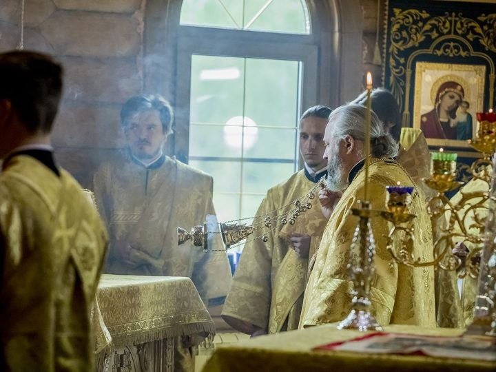 Митрополит возглавил торжества престольного дня храма Всех святых