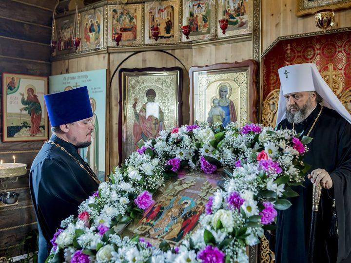 Накануне воскресного дня митрополит Аристарх совершил Всенощное бдение в храме преподобномученицы Елисаветы в Ленинске-Кузнецком