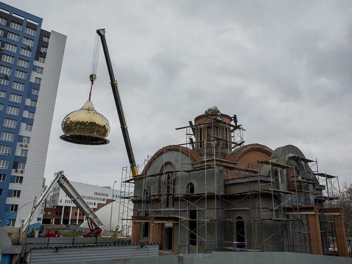 На кемеровский храм равноапостольных Кирилла и Мефодия установлен главный купол
