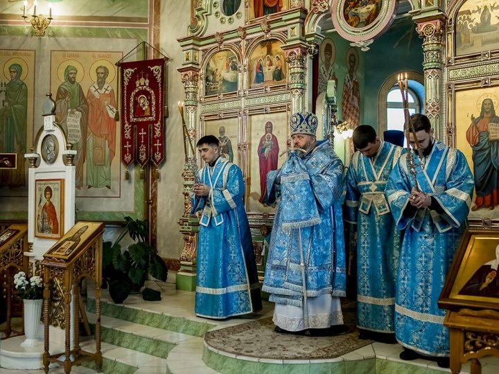 В канун праздника Сретения Господня митрополит Аристарх совершил Всенощное бдение в храме святого мученика Трифона в поселке Металлплощадка
