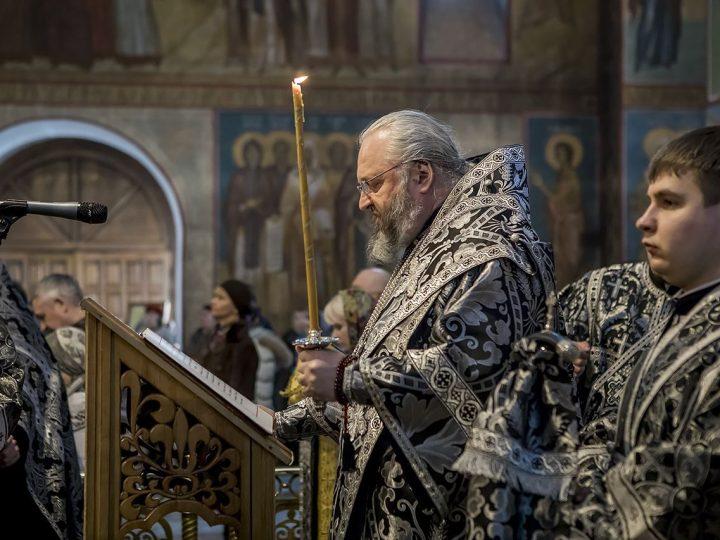 Митрополит совершил утреню с чтением Великого Покаянного канона