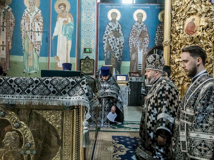 В Великий Понедельник глава митрополии отслужил в кафедральном соборе и помолился о погибших в пожаре