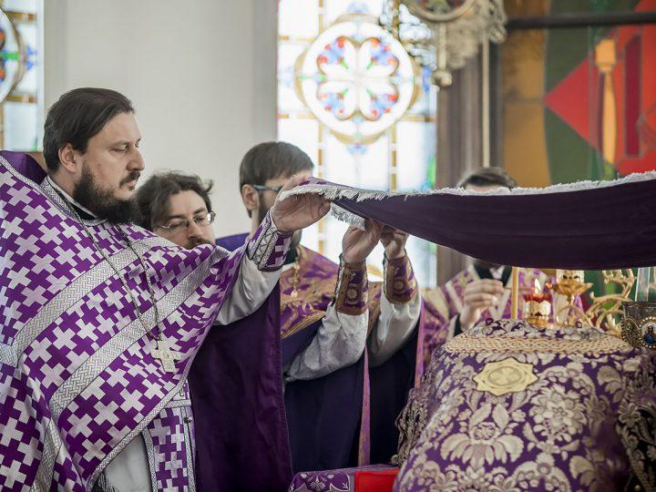 В Великий Четверг митрополит совершил Литургию святителя Василия Великого в Троицком храме Кемерова