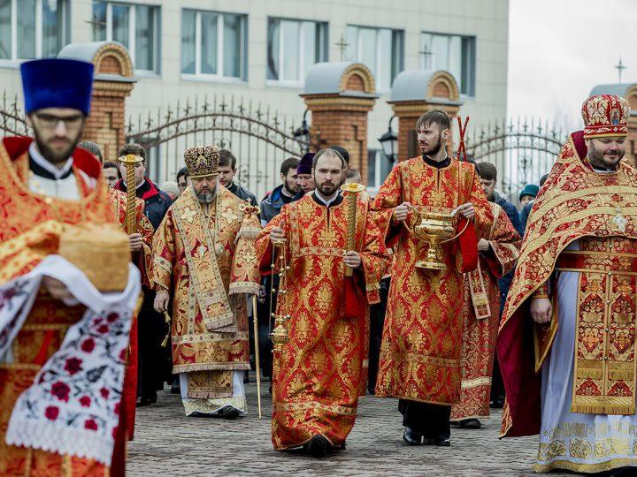 В Светлый понедельник митрополит совершил Литургию в соборе Рождества Христова г. Новокузнецка