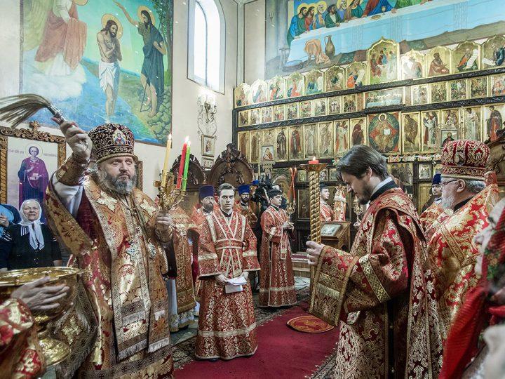 В Светлый пяток глава митрополии совершил Литургию в храме Новомучеников и Исповедников Церкви Русской