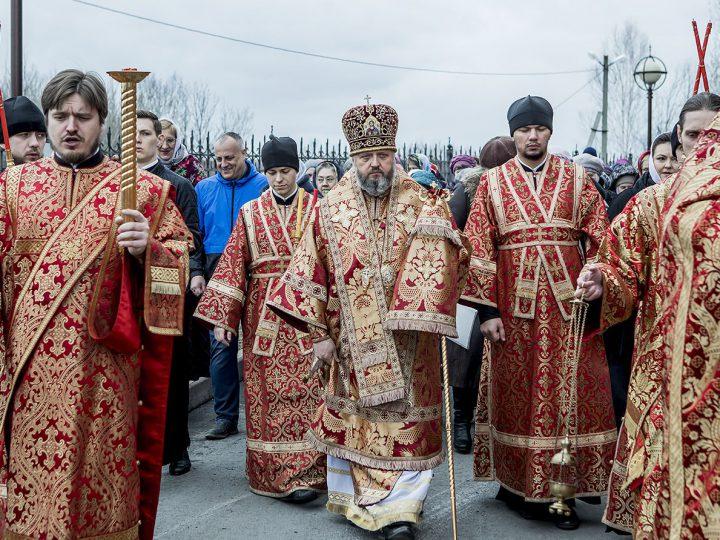 В Светлую субботу митрополит совершил Литургию в храме праведного Иоанна Кронштадского города Березовского