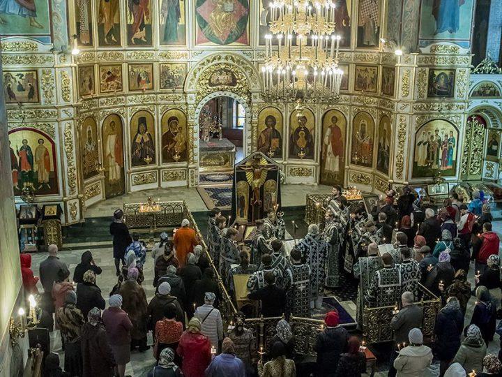 Глава митрополии совершил утреню Великого Пятка в кафедральном соборе