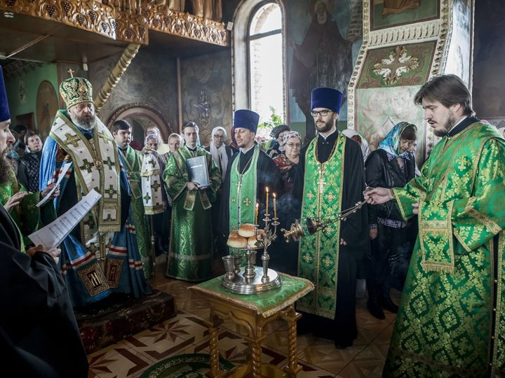 Митрополит Аристарх посетил Троицкий храм поселка Инской в канун престольного дня