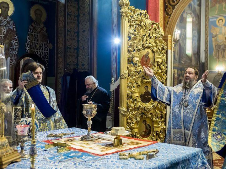 В храмах областной столицы прошли Божественные литургии с участием архиереев, прибывших на юбилей Кемеровской епархии