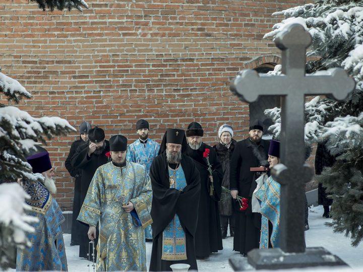 В дни празднования 25-летия Кемеровской епархии гости торжеств помолились на могиле первого Кузбасского архиерея
