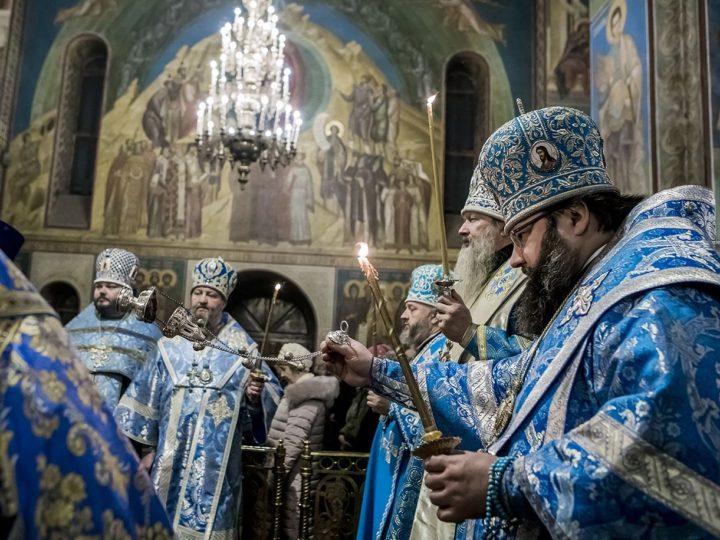 В канун престольного дня в Знаменском соборе совершено праздничное богослужение