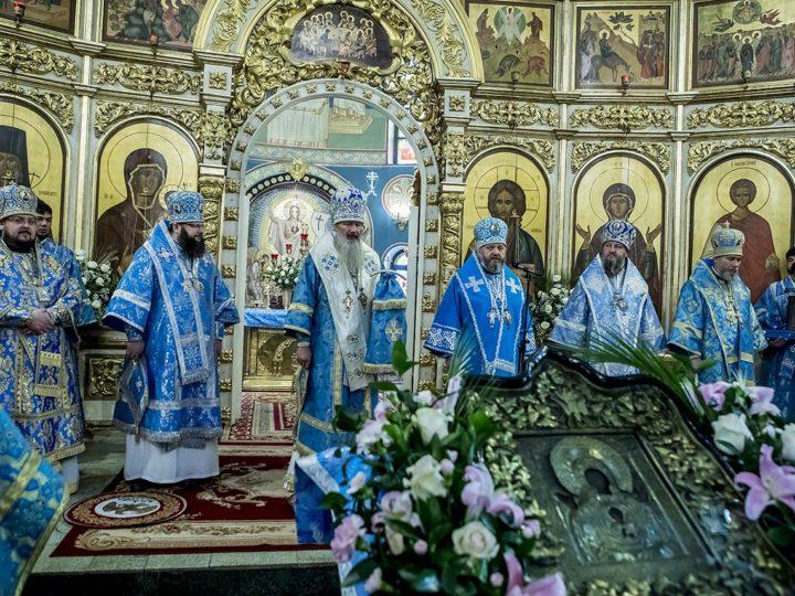 Шесть архипастырей совершили Литургию в престольный день Знаменского собора