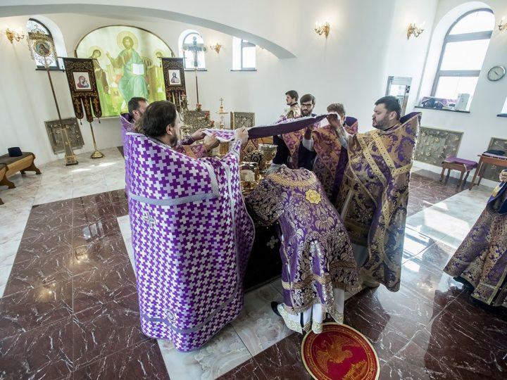 В Великий Четверток глава митрополии совершил литургию в приделе святителя Иоанна Златоуста Троицкого храма Кемерово