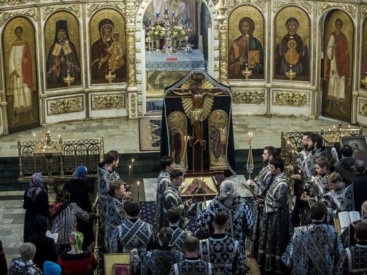 Митрополит Аристарх совершил утреню Великого Пятка с чтением Страстных Евангелий в кафедральном соборе
