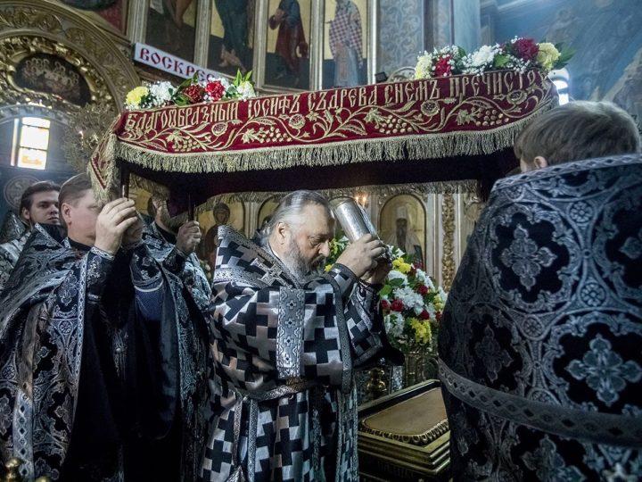 Митрополит совершил вечерню Великого Пятка с выносом Плащаницы