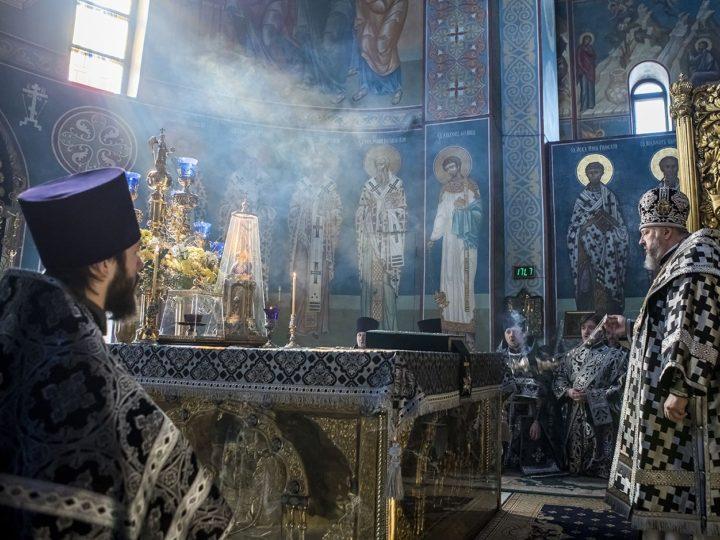 В Великий Вторник митрополит Аристарх совершил Божественную литургию Преждеосвященных Даров в Знаменском кафедральном соборе