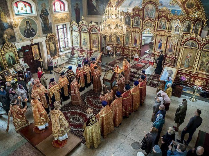 Вечером в Светлый понедельник митрополит Аристарх и епископ Владимир совершили вечерню в Михайловском храме Новокузнецка