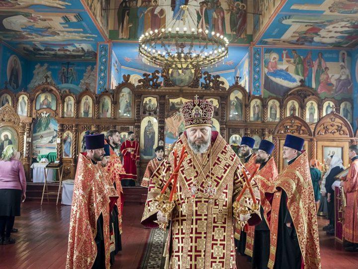 Вечером в Светлый вторник митрополит совершил Великую вечерню в прокопьевском храме Покрова Пресвятой Богородицы