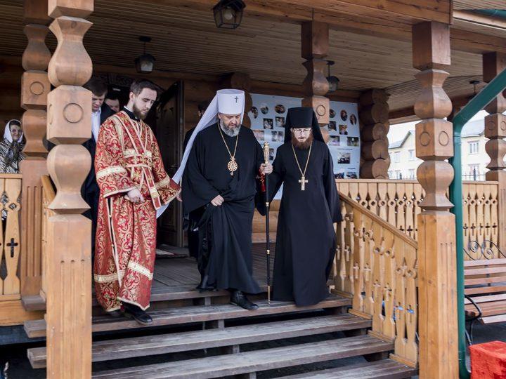 Вечером в Светлый четверг митрополит Аристарх совершил Великую вечерню в Благовещенском храме Ленинска-Кузнецкого