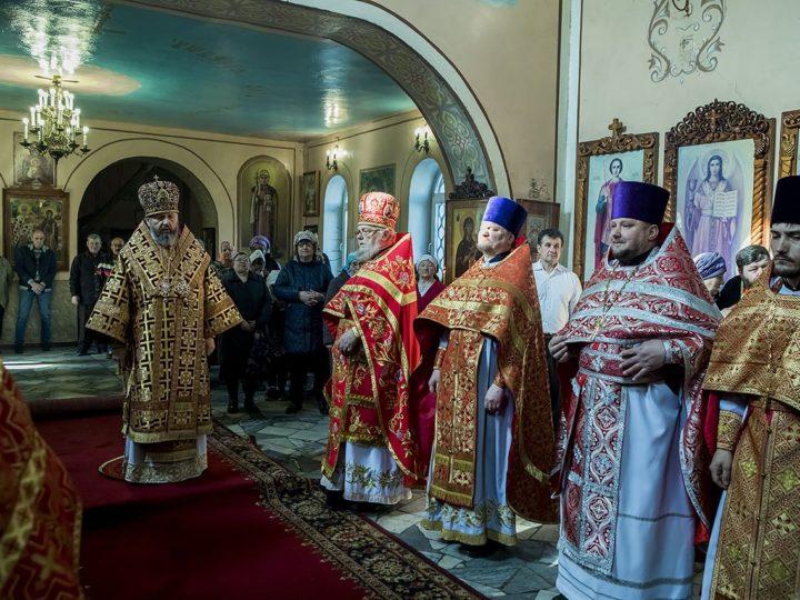 В Светлый пяток глава митрополии совершил Литургию в храме Новомучеников и Исповедников Русской Церкви