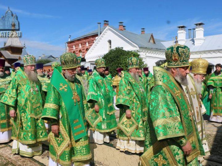 В День любви, семьи и верности митрополит Аристарх молился у мощей святых Петра и Февронии Муромских