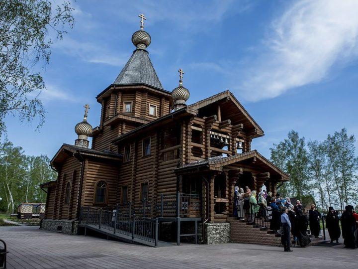 В восьмой воскресный день по Пятидесятнице митрополит посетил Всехсвятский храм в Кемерове