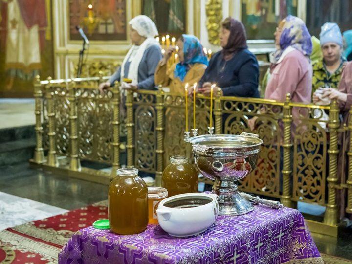 В первый день Успенского поста глава митрополии освятил мёд нового урожая
