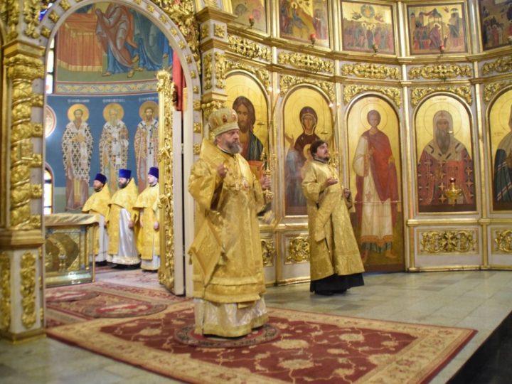 Митрополит совершил в кафедральном соборе богослужения воскресного дня