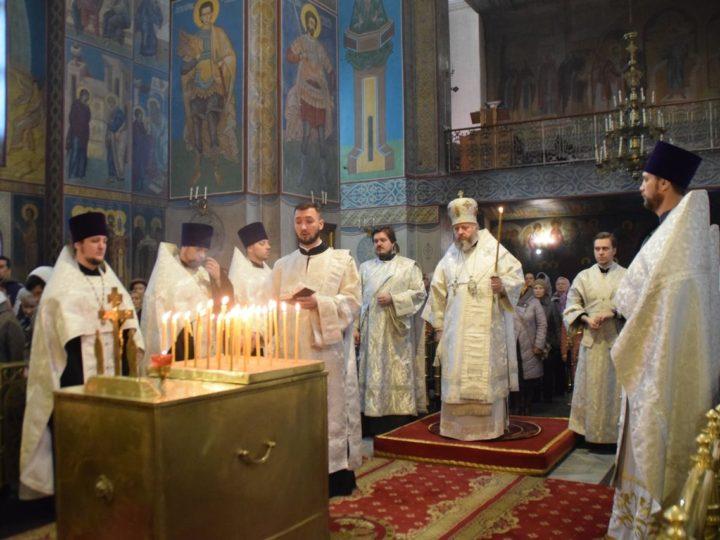 В Димитриевскую родительскую субботу митрополит совершил панихиду в кафедральном соборе