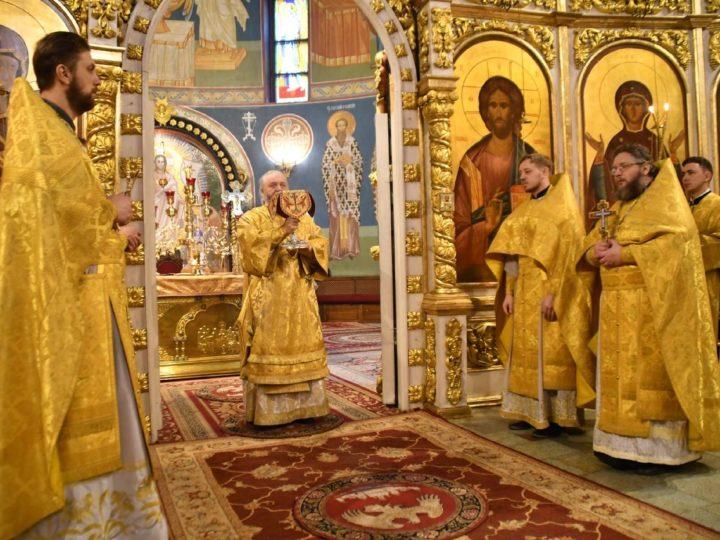 Митрополит Аристарх возглавил воскресные богослужения в Знаменском соборе