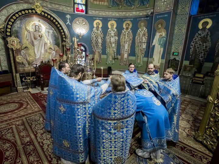 Митрополит Аристарх встретил праздник Введения во храм Пресвятой Богородицы в Знаменском кафедральном соборе