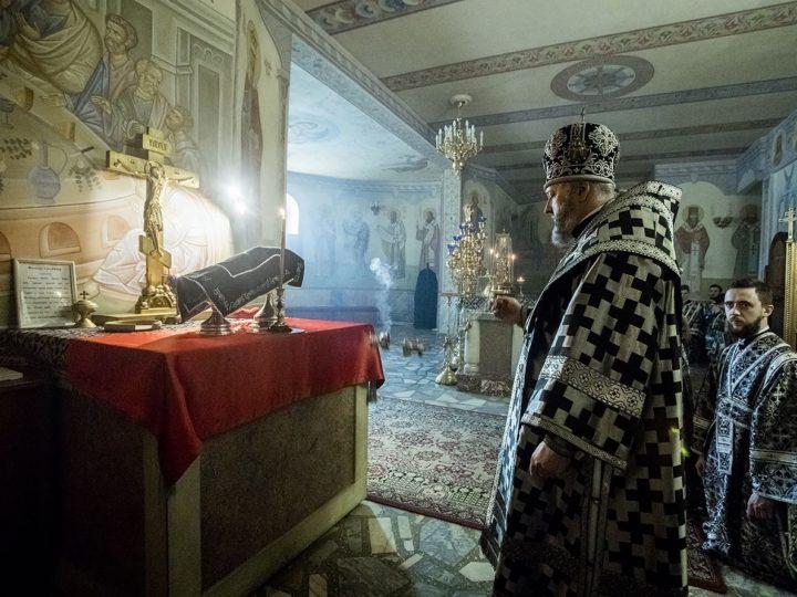 Митрополит совершил Литургию Преждеосвященных Даров в Знаменском соборе