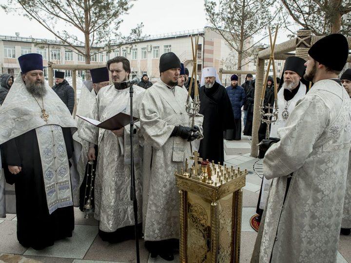 Кузбасские священнослужители помолились о погибших в «Зимней вишне» на месте трагедии