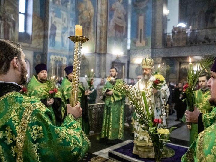 Глава митрополии возглавил Всенощное бдение в канун Вербного воскресения в Знаменском соборе