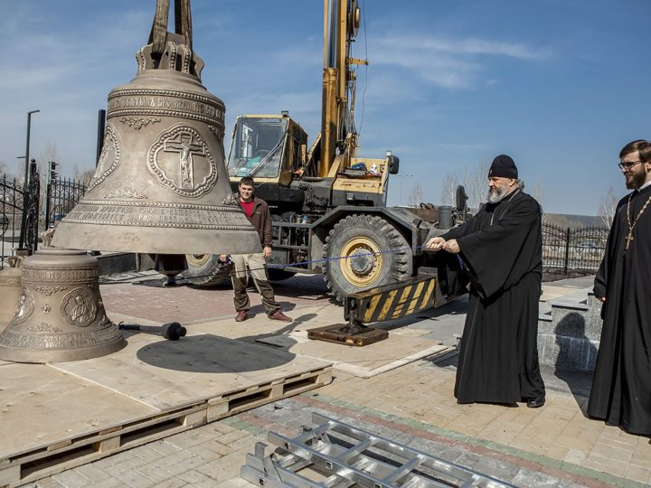Митрополит Аристарх освятил колокола для звонницы Воскресенского храма в Кемерове