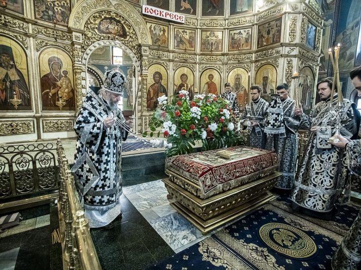 Митрополит совершил вынос Плащаницы на вечерне Великого Пятка