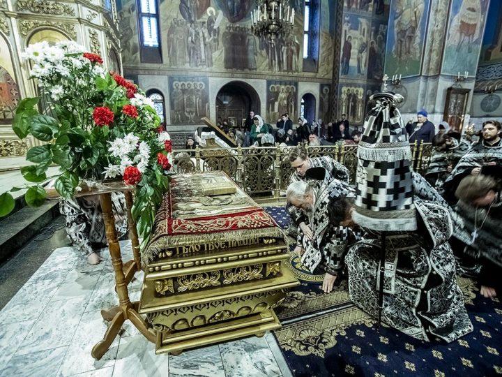 Великая Суббота. Глава митрополии возглавил утреню с чином погребения Плащаницы