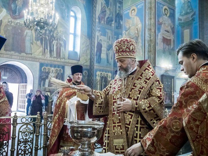 В пятницу Светлой седмицы глава митрополии совершил богослужение в Знаменском соборе