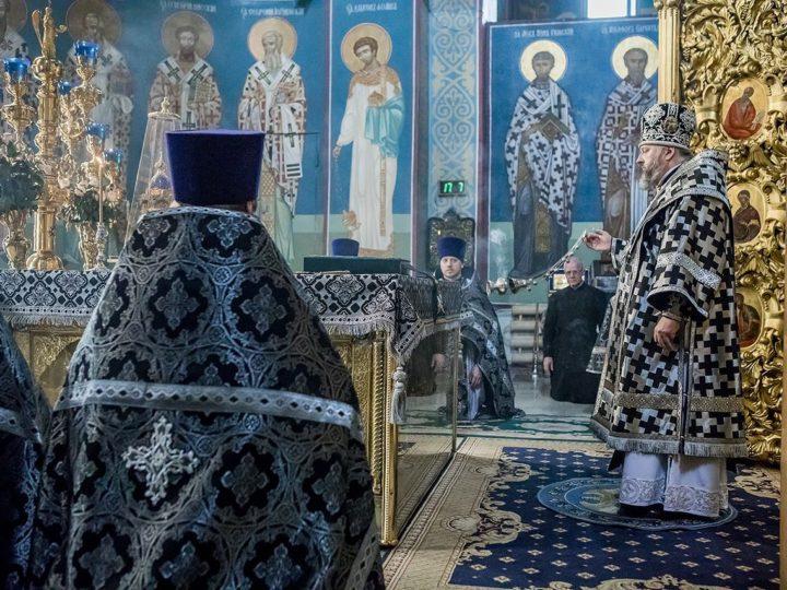 Великий Понедельник. Митрополит совершил Литургию в Знаменском соборе