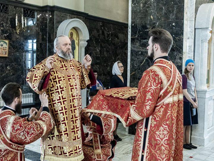 Светлая Пятница. Глава митрополии совершил Великую вечерню в Казанском храме Кемерова