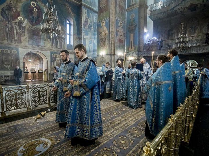 Митрополит Аристарх совершил утреню с чтением акафиста Пресвятой Богородице в кафедральном соборе