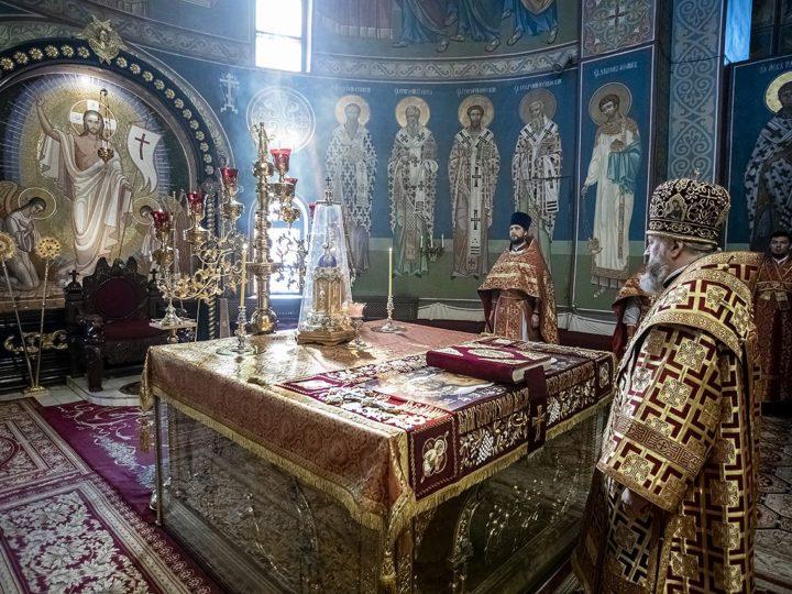 В неделю святых жен-мироносиц глава митрополии совершил богослужение в кафедральном соборе